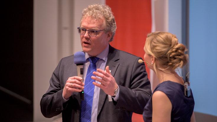 Dirk Flege, Geschäftsführer der Allianz pro Schiene, erläutert im Gespräch mit Moderatorin Janine Mehner die Regeln beim Eisenbahner mit Herz