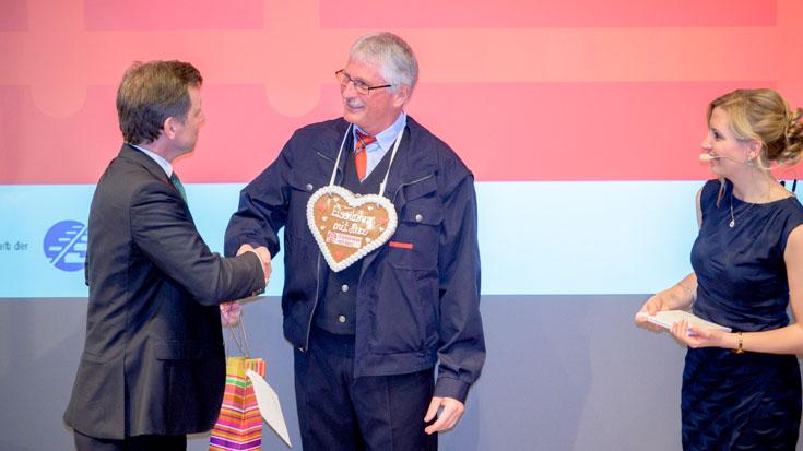 Ascan Egerer, Technischer Geschäftsführer der AVG Albtal-Verkehrs-Gesellschaft, gratuliert seinem Mitarbeiter Michael Schweiger zum Landessieg Baden-Württemberg