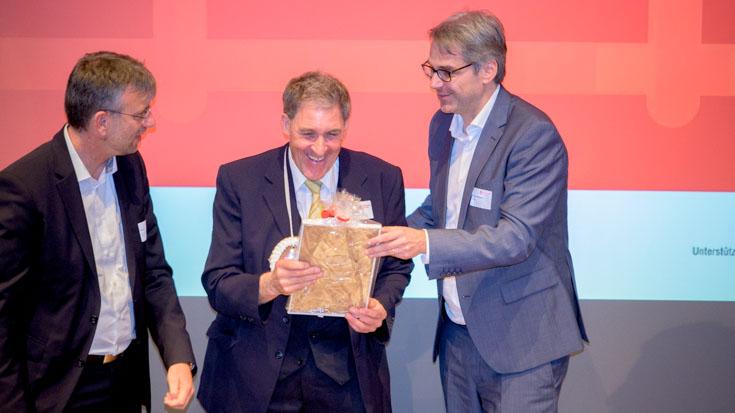 Thomas Hindelang, Triebfahrzeugführer BOB, freut sich über die Glückwunsche von Frank Zerban, Hauptgeschäftsführer der BAG-SPNV (links) und Tobias Heinemann, Sprecher der Transdev-Geschäftsführung