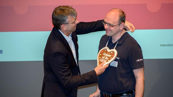 Die Jury überreicht dem Sachsener Landessieger Jan Krehl von railmen das Sieger-Herz
