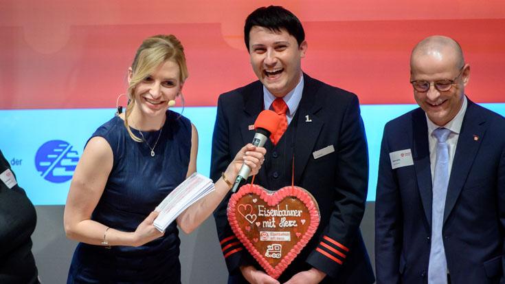 Pure Freude bei Silber-Gewinner Alexander Pojonie, befragt von Moderatorin Janine Mehner, rechts Martin Seiler, Vorstand Personal und Recht Deutsche Bahn AG