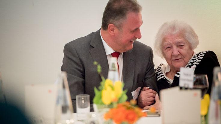 Oma Tilli, 95-jährige Großmutter des Social Media Heros Peter Hohmann, hakt sich bei GDL-Chef Claus Weselsky ein