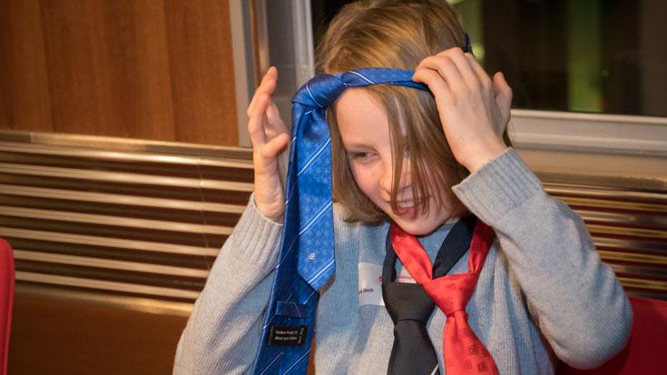 Dominik, Fahrgast in der Bronze-Geschichte, übt schon einmal den Umgang mit Krawatten.