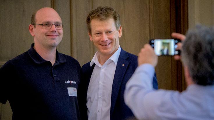 Zeit für Fotoaufnahmen: Jahn Krehl, Triebfahrzeugführer von railmen und Landessieger Sachsen, mit DB-Chef Richard Lutz