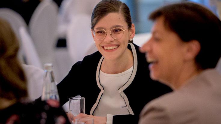 Lockere, entspannte Atmosphäre bei den Gesprächen: Charlotte mit Dagmar Huke, der Vorgesetzten von Gold-Gewinnerin Mareen Harder