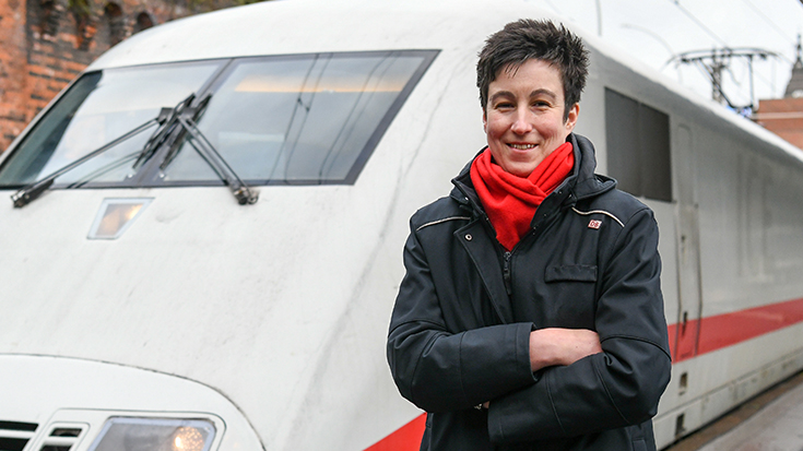 """Die Hamburger Zugchefin Mareen Harder hat im Wettbewerb """"Eisenbahner mit Herz"""" der Allianz pro Schiene den ersten Preis gewonnen."""