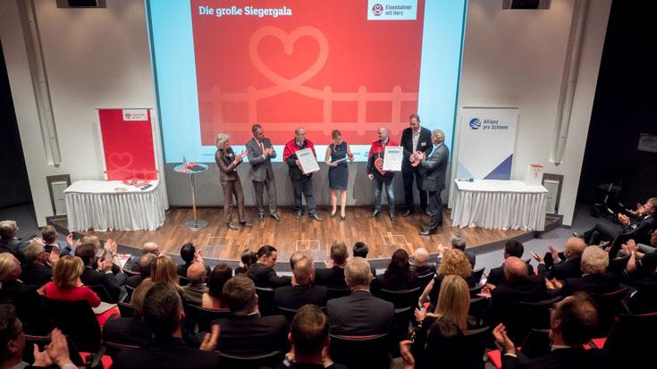 Blick von oben auf die Bühne: Hier erhalten die Sondersieger ihren Preis.