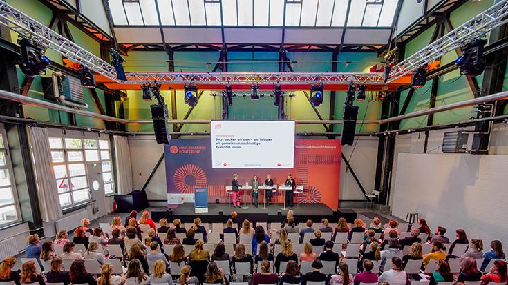 """Ein solches Treffen mit so starker weiblicher Präsenz erlebt die Mobilitätsbranche nicht alle Tage: Am 8. und 9. Mai lang diskutierten auf der Konferenz """"MINTeinander im digitalen Wandel – Mobilität braucht Frauen"""" rund 170 Teilnehmerinnen und Teilnehmer."""