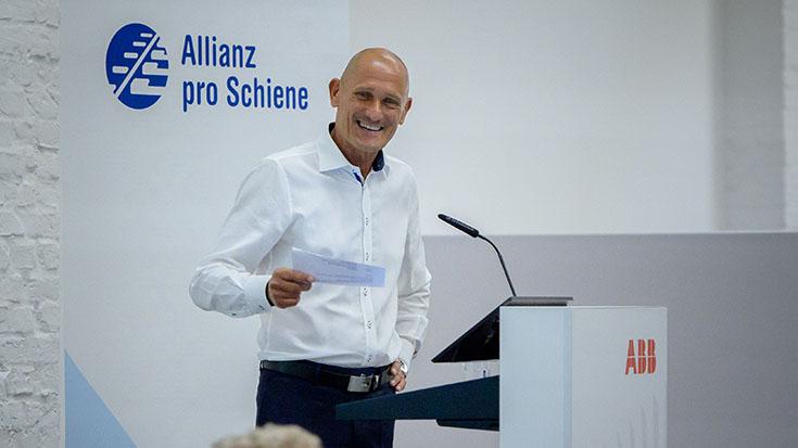 Manfred Fuhg, Leiter der Siemens Mobility GmbH in Deutschland, begrüßt die Fördermitglieder. Zum zweiten Mal kandidierte er als Förderkreissprecher der Allianz pro Schiene – und wurde einstimmig wiedergewählt.