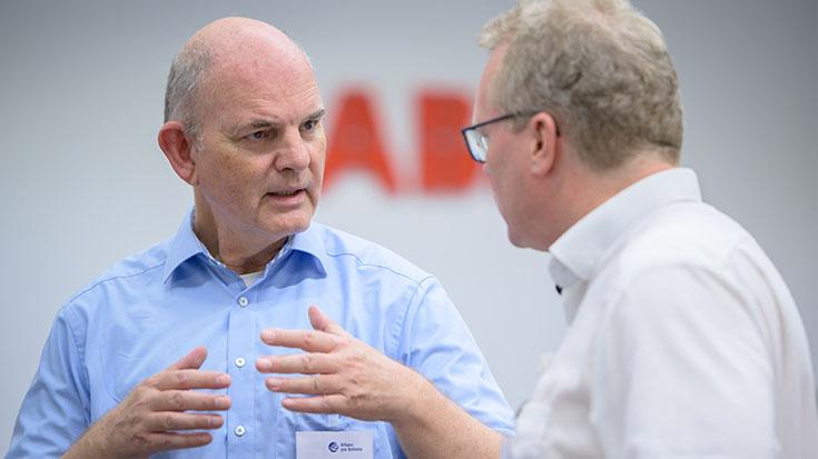 Dr. Jürgen Kappus stellt sich und sein Unternehmen, die TÜV SÜD Rail GmbH, als neues Fördermitglied vor.