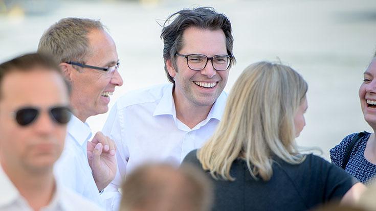 Frank Hellenbrandt (Rinn Beton- und Naturstein GmbH & Co. KG (links)) im Gespräch mit Michael Beck (DVA Deutsche Verkehrs-Assekuranz-Vermittlungs-GmbH) und Allianz pro Schiene-Mitarbeiterinnen.