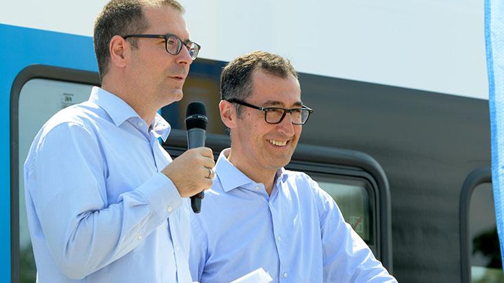 Jure Mikolčić, Vorsitzender der Geschäftsführung der Stadler Pankow GmbH, lädt den Verkehrsausschuss und die Förderunternehmen der Allianz pro Schiene zu einer Probefahrt mit seinem Batterietriebzug ein.