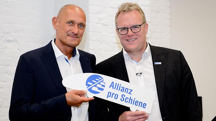 Für eine starke Schienenallianz: Dirk Flege (Geschäftsführer, rechts) gratuliert Manfred Fuhg (Förderkreissprecher) zur Wiederwahl.