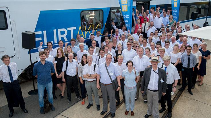 Es kann losgehen: Die Teilnehmer der Veranstaltung kurz vor Fahrtbeginn. Mit dabei die MdB und Verkehrsausschuss-Mitglieder: Cem Özdemir (BÜNDNIS 90/DIE GRÜNEN), Daniela Kluckert (FDP), Michael Donth (CDU), Eckhard Pols (CDU), Reinhold Sendker (CDU), Elvan Korkmaz (SPD), Mathias Stein (SPD), Torsten Herbst (FDP), Matthias Gastel (BÜNDNIS 90/DIE GRÜNEN) und Stefan Gelbhaar (BÜNDNIS 90/DIE GRÜNEN).