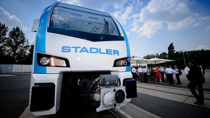 Innovative E-Mobilität: Verkehrsausschuss auf Sonderfahrt | Förderertreffen der Allianz pro Schiene und Fahrt im FLIRT Akku von Stadler