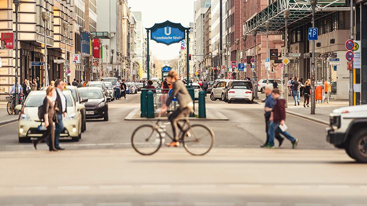 Die Menschen wollen eine andere Verkehrspolitik. Mehr als drei von vier Bürgern (76 Prozent) wünschen laut einer repräsentativen Umfrage im Auftrag der Allianz pro Schiene, dass der Staat mehr in die Schiene als in die Straße investiert oder zumindest gleich viel