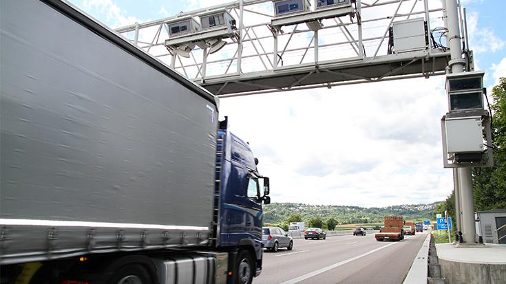 Damit bröckelt die Dominanz der Straße: Die Union will die Finanzkreisläufe in der Verkehrspolitik aufbrechen. Dann können die Milliarden aus der Lkw-Maut auch in die Schiene fließen.