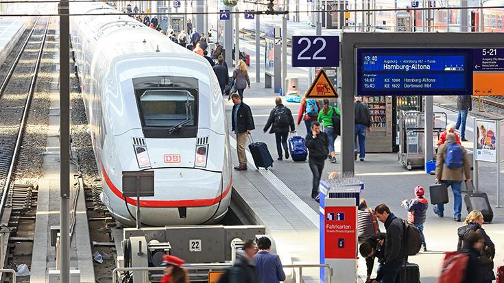 Die Bevölkerung drängt auf eine steuerliche Entlastung bei Bahntickets. Eine überwältigende Mehrheit fordert die Absenkung der Mehrwertsteuer für Fernreisen mit dem Zug.