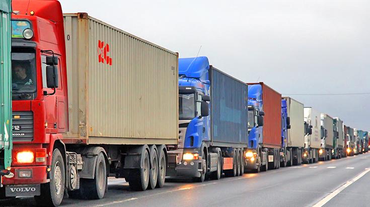Lkw-Stau auf der Straße, Blockade in der Verkehrs- und Klimapolitik: Die Milliarden aus der Lkw-Maut dürfen nicht länger in den Bau von Autobahnen gelenkt werden.