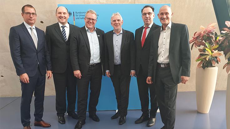 Auf Einladung der Allianz pro Schiene trafen sich erstmalig Staatssekretär Jo-chen Flasbarth (Bundesumweltministerium) und die vier großen Bahntechnik-Produzenten.