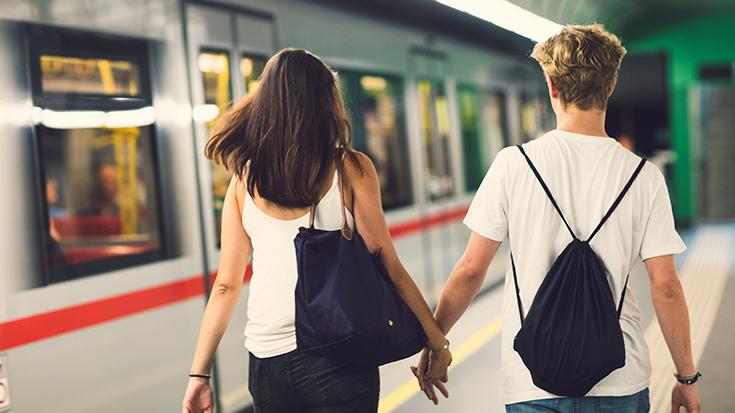 Reisende auf dem Weg zur Bahn