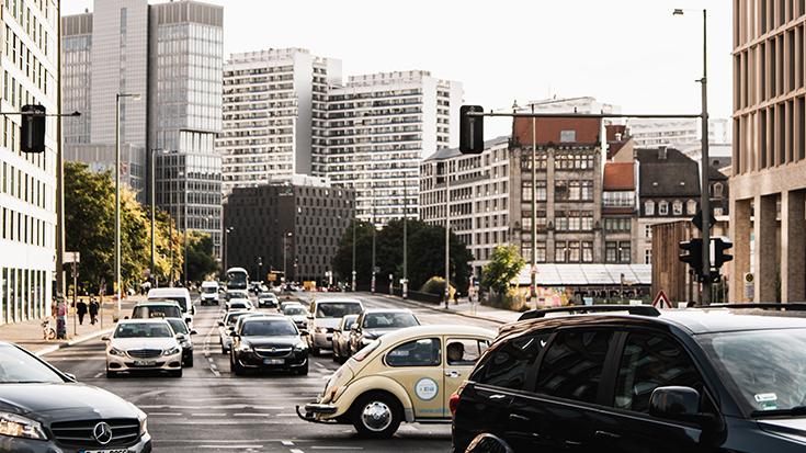 Dicht befahrene Kreuzung in Berlin.