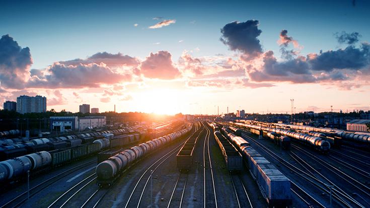 Gueterbahnhof mit Sonnenuntergang
