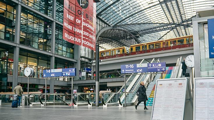 Leere Bahnsteige während der Corona Krise auch in Berlin