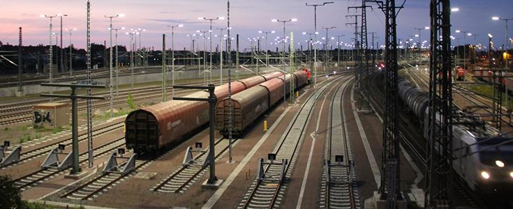 Güterwaggons in einem Rangierbahnhof