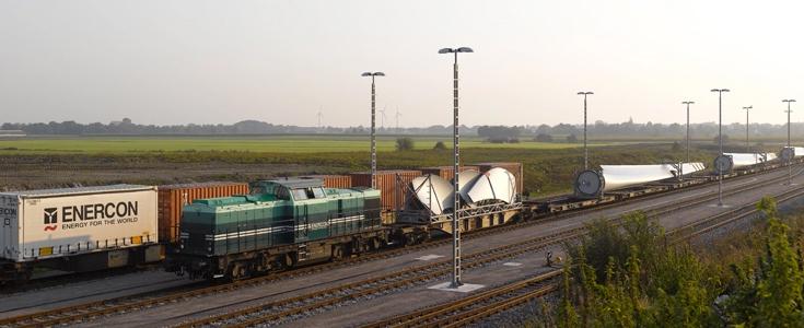 Ein Zug der e.g.o.o. transportiert Elemente für die Windkraftanlagen der Enercon GmbH aus Aurich.