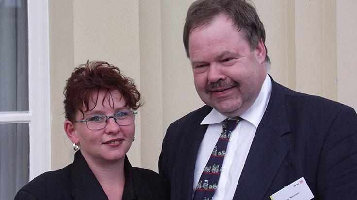 Die erste Sekretärin der Allianz pron Schiene Sabine Kanter und Vorstandsmitglied Karl-Peter Naumann im Jahr 2001