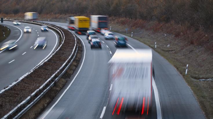 Umweltschädlich unterwegs: Lkw und Pkw ohne Klimaabgabe