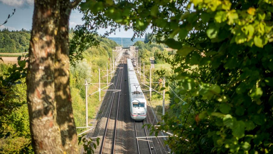 Schienenverkehr kann Elektromobilität und reduziert die Abhängigkeit vom Öl