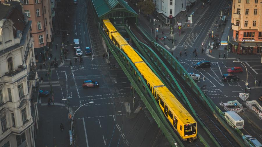 Schienenverkehr - die flächenschonende Lösung für Ballungsräume