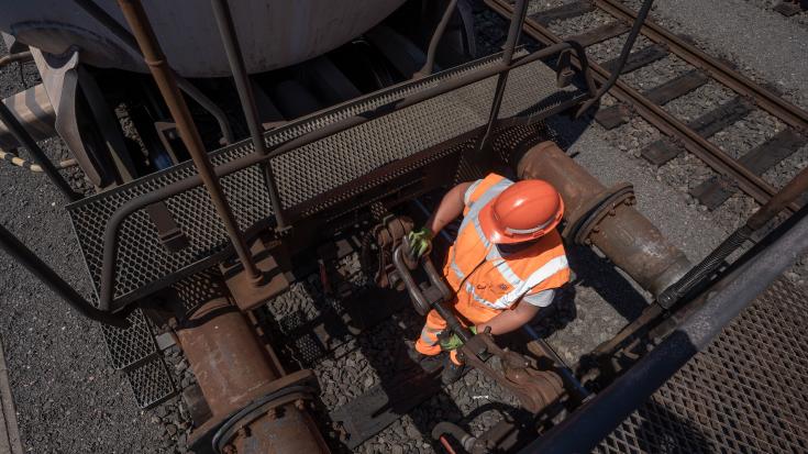 Güterzüge werden gekuppelt.