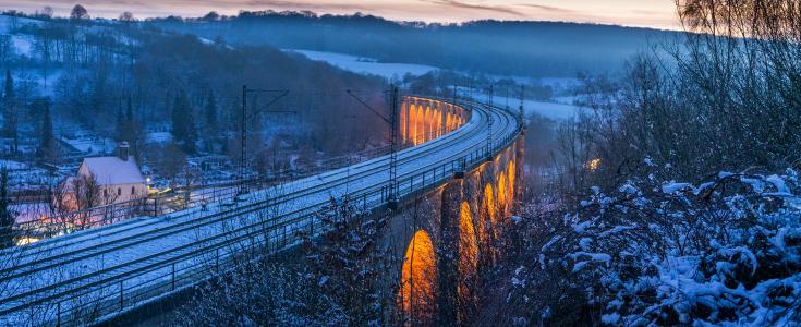 Die Eisenbahn im weihnachtlichen Glanz.